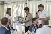 <h5>Danke Frau Regierungsrätin</h5><p>Carmina Loosli, Verwalterin, überreicht Regierungsrätin und Bildungsdirektorin Dr. Silvia Steiner einen Blumenstrauss. Daniel Schnyder bedankt sich für den Besuch. </p>
