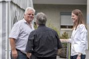 <h5>Fröhliches Trio</h5><p>Dorfbeck Andy Iten und Verwalterin Carmina Loosli im Gespräch mit einem Gast. </p>