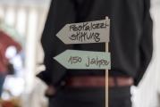 <h5>Wegweiser 150 Jahre</h5><p>Hübsche Deko-Wegweiser schmückten die Tische. </p>
