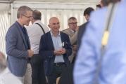 <h5>Kollegen zu Besuch</h5><p>Ueli Trindler (M.), Schulleiter der Oberstufe in Hedingen, besuchte den Festanlass und genossen den Schwatz mit Stiftungsrat und Schulleiter Urs Rechsteiner.</p>