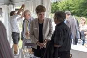 <h5>Smalltalk beim Apéro</h5><p>Regierungsrätin und Bildungsdirektorin Dr. Silvia Steiner unterhielt sich zwanglos mit den Gästen im Festzelt. </p>