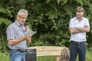 <h5>Bank geschenkt</h5><p>Der Knonauer Gemeinderat Peter Zürcher übergibt Daniel Schnyder die Holzbank. </p>