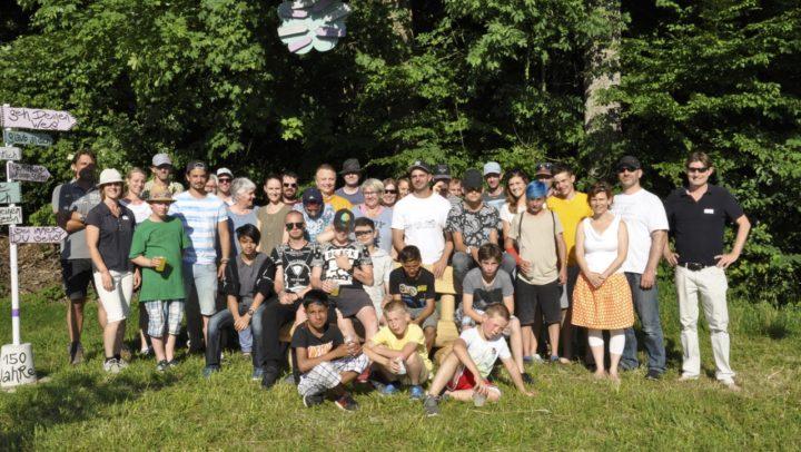 150 Jahre Pestalozzistiftung Knonau. Gruppenbild der Schüler sowie der Helferinnen und Helfer.
